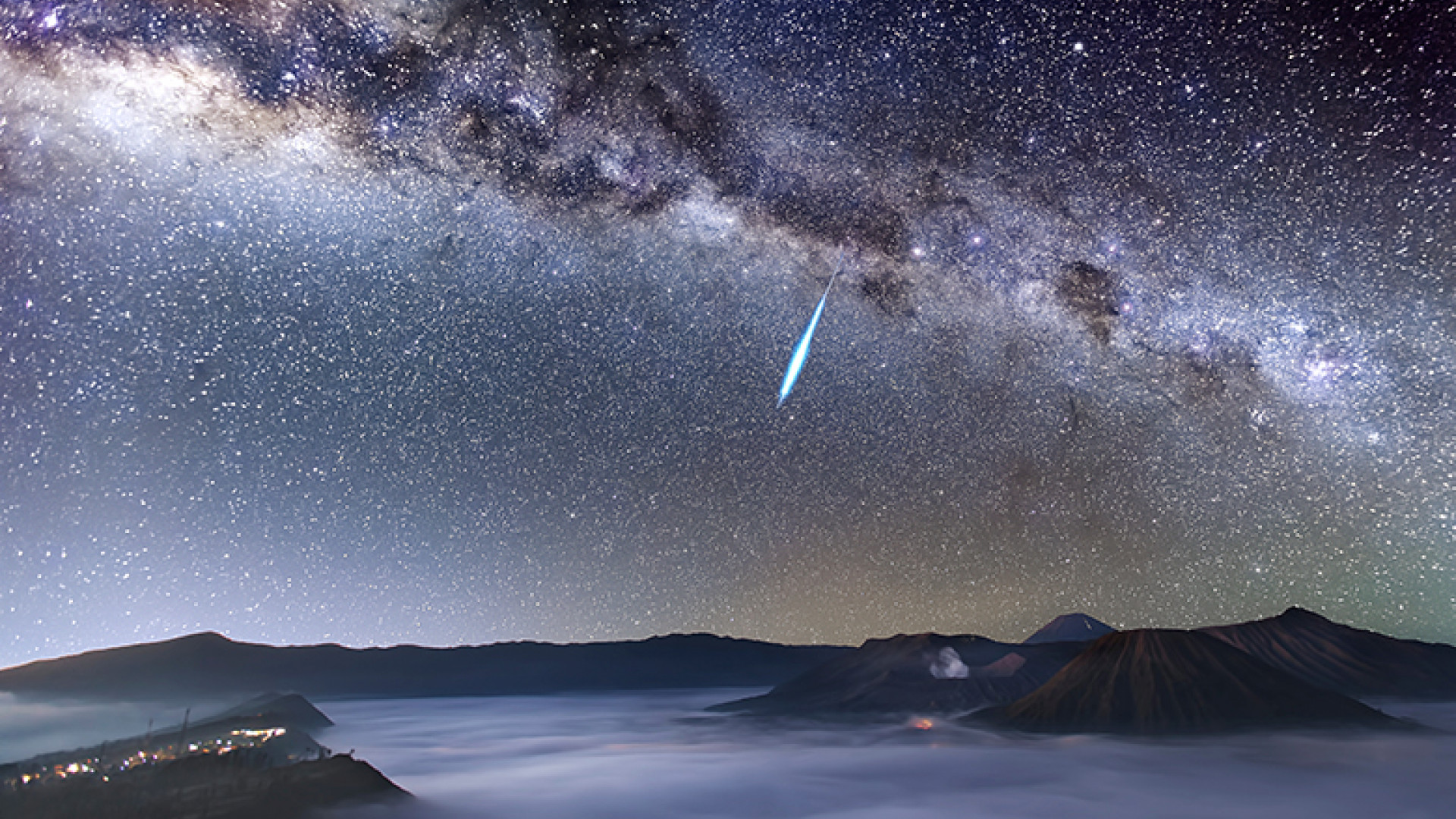 Eta-Aquarid-Meteor-Shower-over-Mount-Bromo-©-Justin-Ng