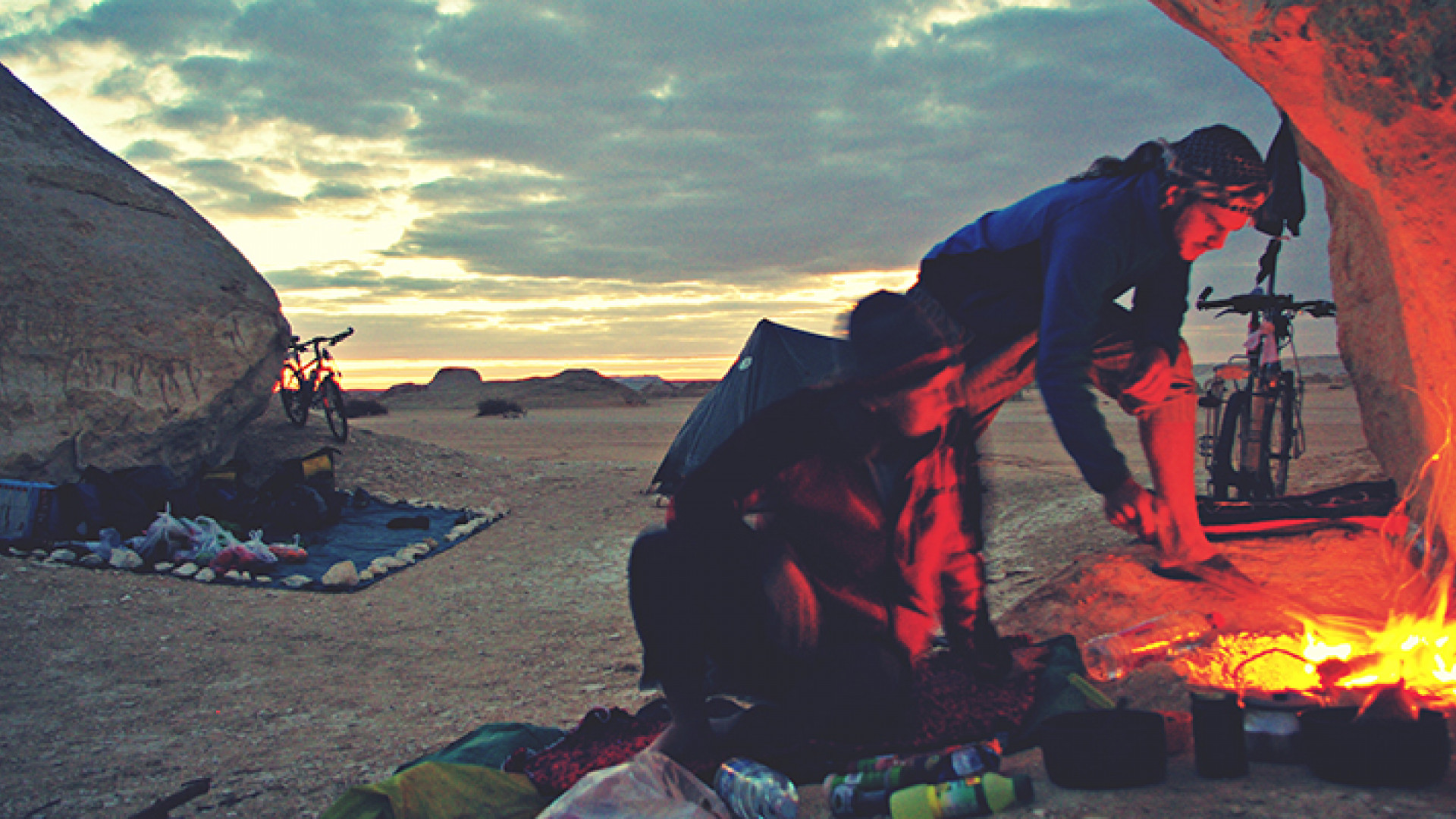 Camp-fire-in-the-White-Desert