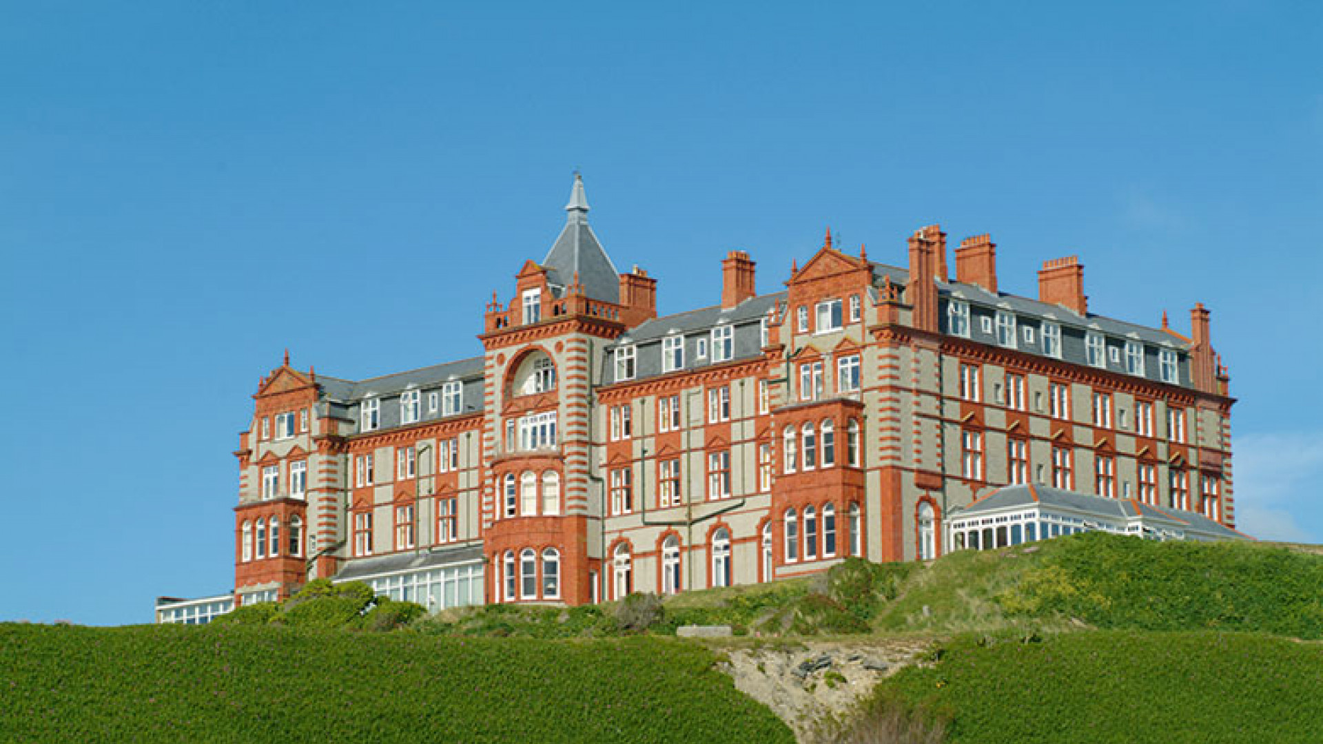 The-Headland-Hotel-from-beach-at-low-tide_CMYK