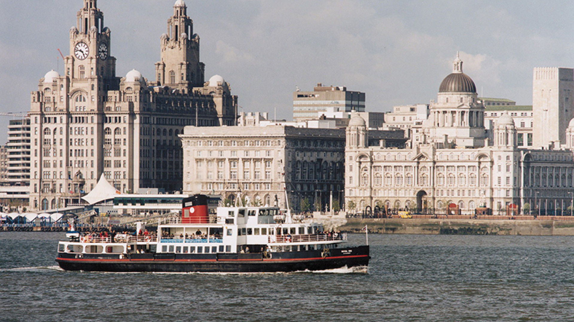 Liverpool's-World-Heritage-Waterfront,-with-Mersey-Ferry-in-foreground