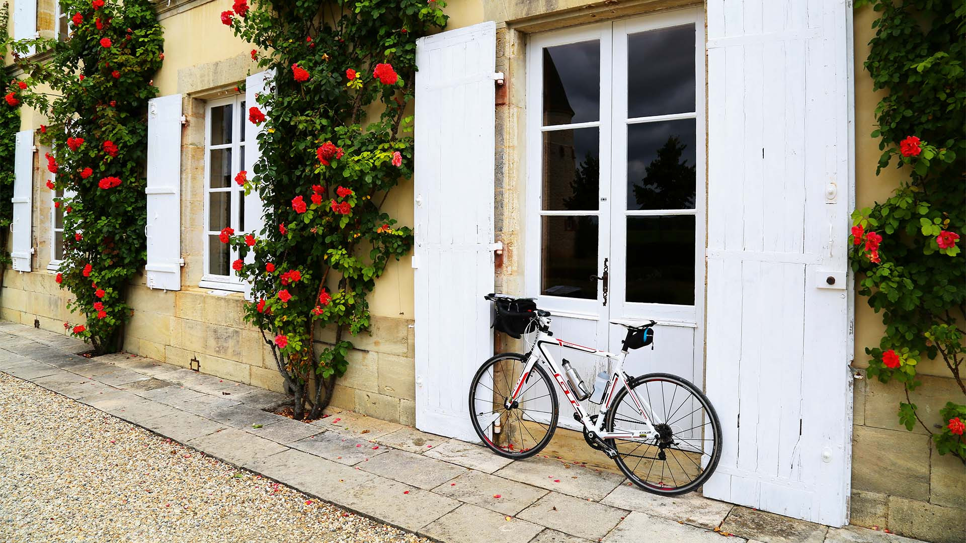 A bike outside a French chateuax near St-Émilion