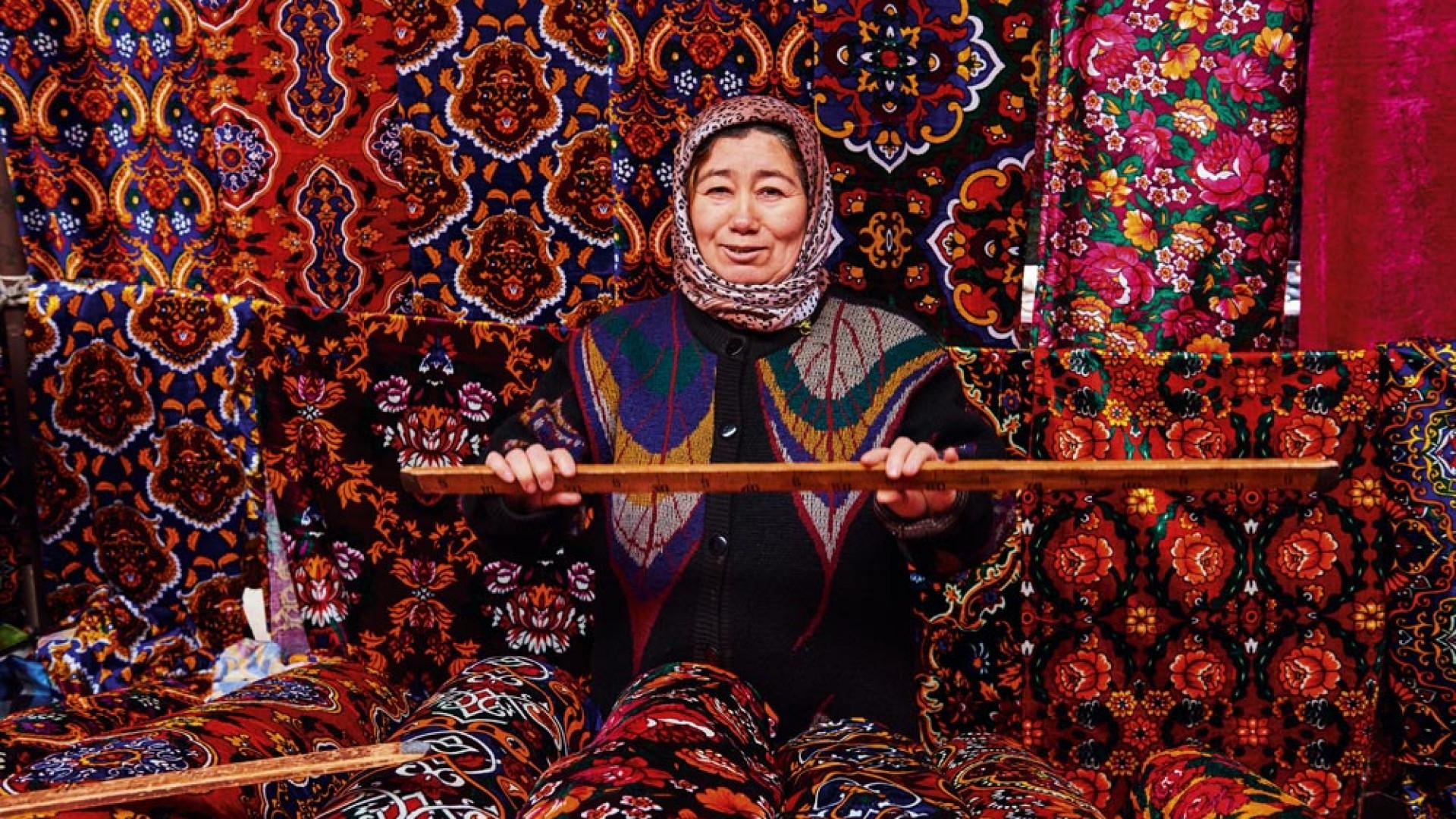Weaver in Marguilan silk market Uzbekistan