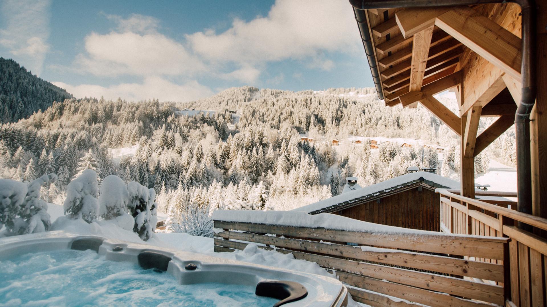 More Mountain: Hot tub